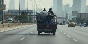 (Özel) E-5'te kamyonet kasasında şaşkına çeviren yolculuk kamerada