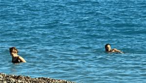 İzinsiz girdikleri tur teknesinde alkol içip, cipsleri yiyip gittiler