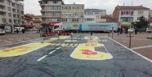 Türkiye'yi gezerek öğrencilere trafik kurallarını öğretiyor