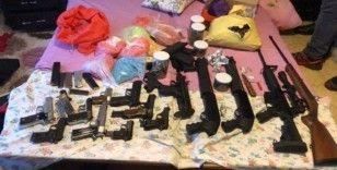Uyuşturucu ve silah kaçakçısının evine baskın