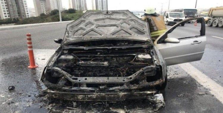 (Özel) TEM Otoyolu'nda otomobil alev alev yandı