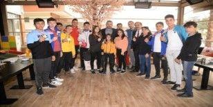 Başkan Ertuğrul Çetin, şampiyonlarla buluştu