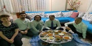 Bakan Berat Albayrak, Abdulkadir Ömür'ü evinde ziyaret ederek yer sofrasına oturdu