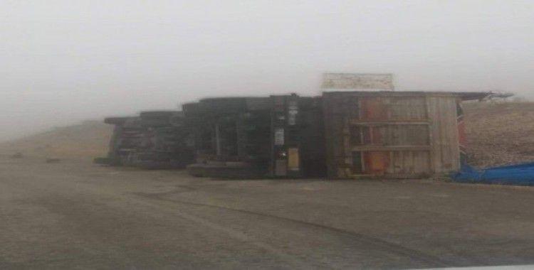 Virajı alamayan pamuk yüklü kamyon devrildi