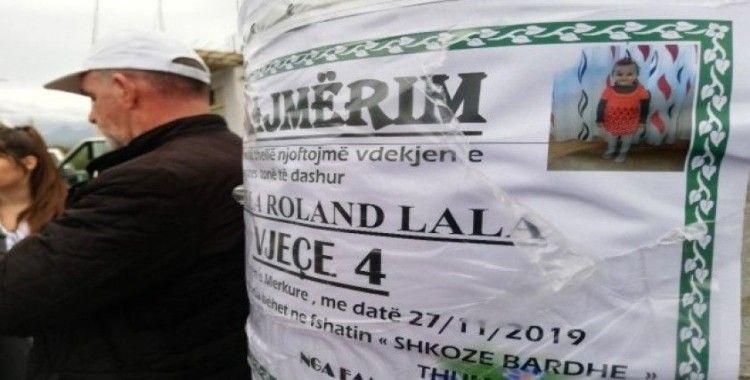 Arnavutluk'ta depremde ölenlerin fotoğrafları direklere asılarak duyuruluyor