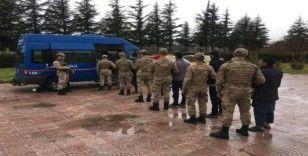 Elazığ'da 8 göçmenle birlikte 2 şüpheli yakalandı