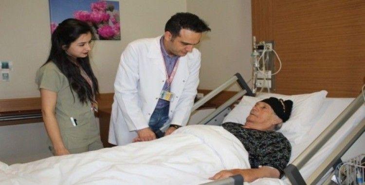85 yaşındaki hasta kapalı ameliyat yöntemi ile sağlığına kavuştu