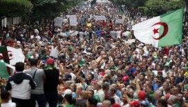 Cezayir'de eski liderlere yönelik yolsuzluk davası başladı