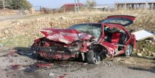 Otomobiller kafa kafaya çarpıştı: 1'i ağır 3 yaralı
