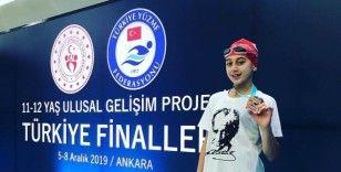 Merkez Ortaokulu öğrencisi Ada Anar yüzme branşında Türkiye üçüncüsü oldu