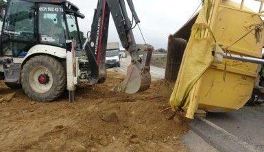 Köpeğe çarpmamak için direksiyonu kıran hafriyat kamyonu yola devrildi