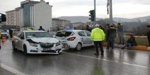 Sürücü adayı eğitim sürüşünde kaza geçirdi