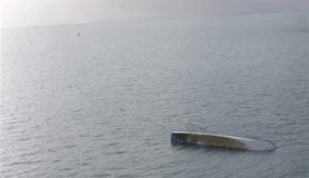 Tekne devrilince yüzerek kıyıya çıkmışlar