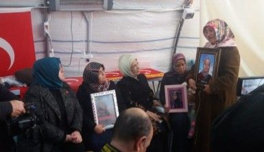 Emine Erdoğan evlat nöbetindeki ailelere ziyarette bulundu