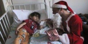 Yılbaşında Noel Baba kostümü giyerek hasta öğrencilerini ziyaret ettiler