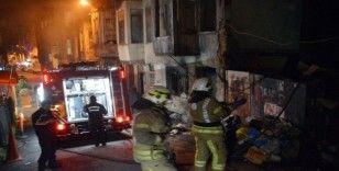 Beyoğlu'nda defalarca yanan metruk binada yangın paniği