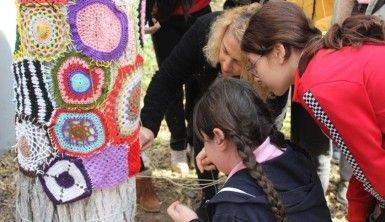 Öğrenciler el örgüleriyle ağaçları giydirdi