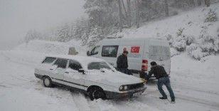 Kar nedeniyle yolda kalan araçlar kurtarıldı