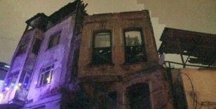 Balat'ta metruk binanın çatısında kısmi çökmeler yaşandı