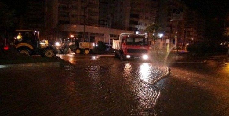 Mersin'de cadde ve sokaklar sular altında kaldı