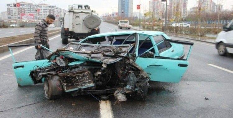 Diyarbakır'da refüje çarpan araç hurdaya döndü: 2 ağır yaralı