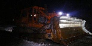 Karayolları çığ bölgesine ulaşmak için yol temizleme çalışmalarına devam ediyor