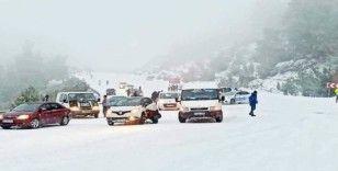 Denizli'de buzlanmadan dolayı yol kapandı