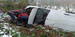 Düzce'de karda yoldan çıkan minibüs şarampole uçtu: 5 yaralı
