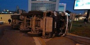 Ümraniye'de beton mikseri yola devrildi