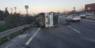 İzmir'de belediyeye ait çöp kamyonu devrildi: 3 yaralı