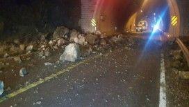 Karabük-Yenice yoluna kaya parçaları düştü