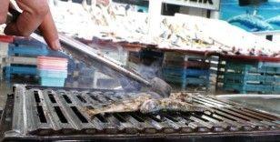 Balıklar tezgahta, tadımlıklar ızgarada