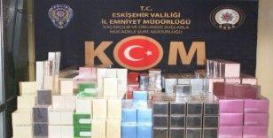 Polisin 'dur' ihtarına uymayan araçtan bin 159 adet kaçak parfüm çıktı