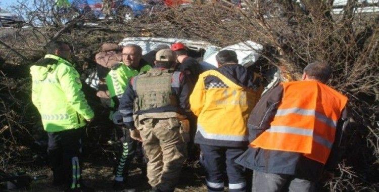 Araç ağaçların arasına girdi, sıkışan sürücü yarım saatte kurtarıldı