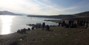 Köprü su altında kaldı, vatandaşlar bölgeye akın etti