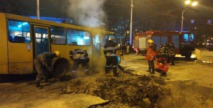 Ukrayna'da sıcak su borusu patladı, asfalt çöktü