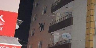 Ailesiyle tartıştı, balkona çıkıp tehditler savurunca polis alarma geçti