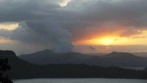 Filipinler'de Taal Yanardağı hala aktif