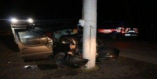 Hafif ticari araç elektrik direğine çarptı: 4 yaralı