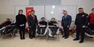 Van polisinden Kızılay'a kan bağışı