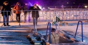 Rusya Sağlık Bakanlığından buzlu suya giren Ruslara öneriler