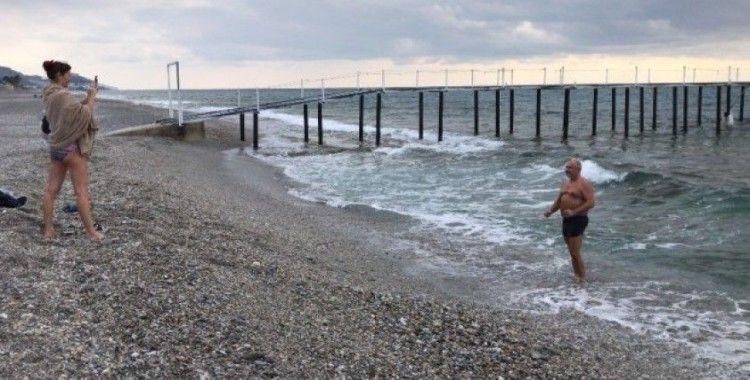 Rus turistler soğuk havaya aldırış etmeden denize girdi