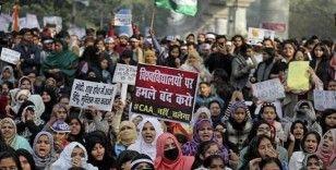 Hindistan'da binlerce kadın sokaklara döküldü
