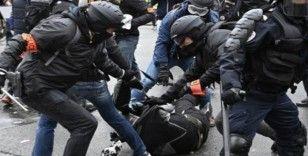Fransa'da polisler darp ettikleri göstericiden şikayetçi oldu