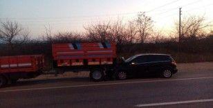 Otomobil traktör römorkuna çarptı: 2 yaralı