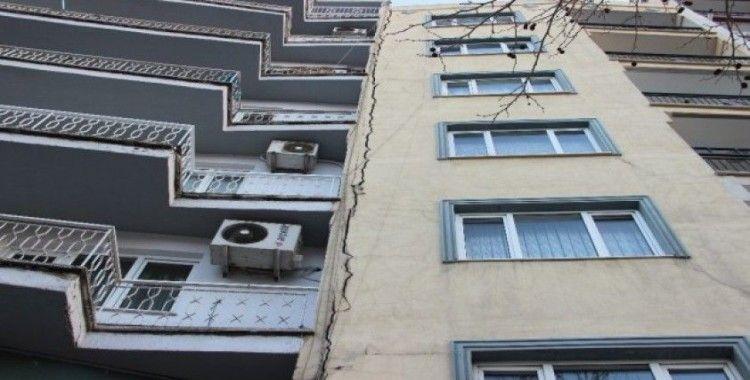 Deprem sırasında meydana gelen sıva çatlağı paniğe neden oldu
