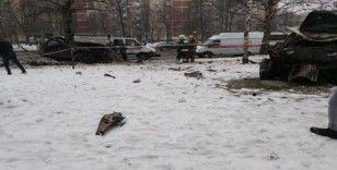 Rusya'da ağaçlara çarpan araç ikiye bölündü: 2 ölü