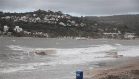 Fırtına tekneyi karaya sürükledi