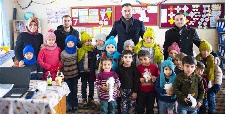 Çocukların aldığı ipler annelerinin elinde köy çocuklarını ısıttı