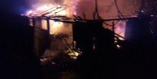 İnegöl'de iki katlı ev yanarak kül oldu